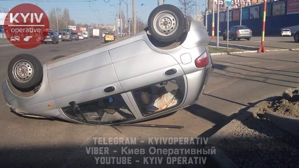 В Киеве произошло пьяное ДТП с опрокидыванием (фото)