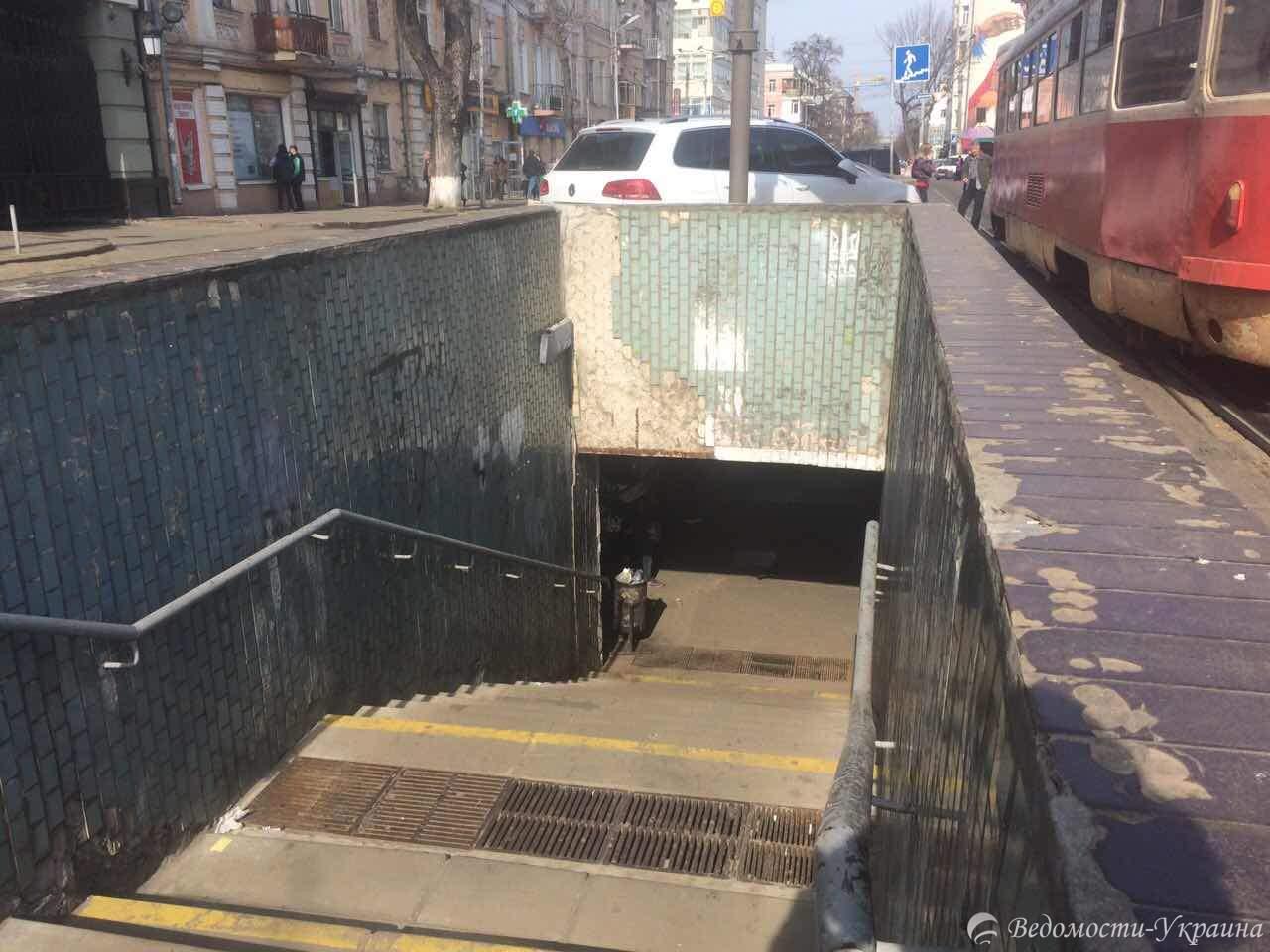 Птичий помёт и отбитая плитка: как выглядит вход в одну из столичных станций метро (фото)