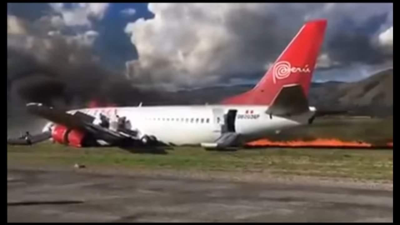 """В аэропорту Перу загорелся """"Боинг-737"""": 26 человек пострадали (видео)"""