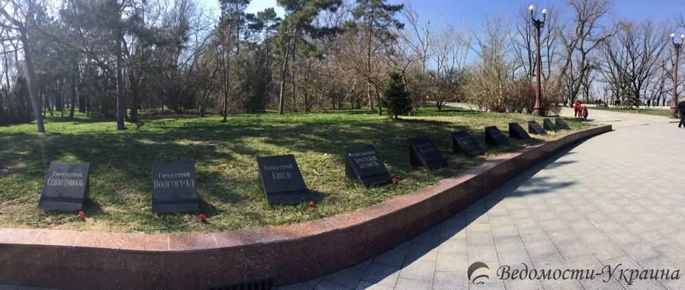 Одесситы возложили цветы на Аллее Славы (фото)