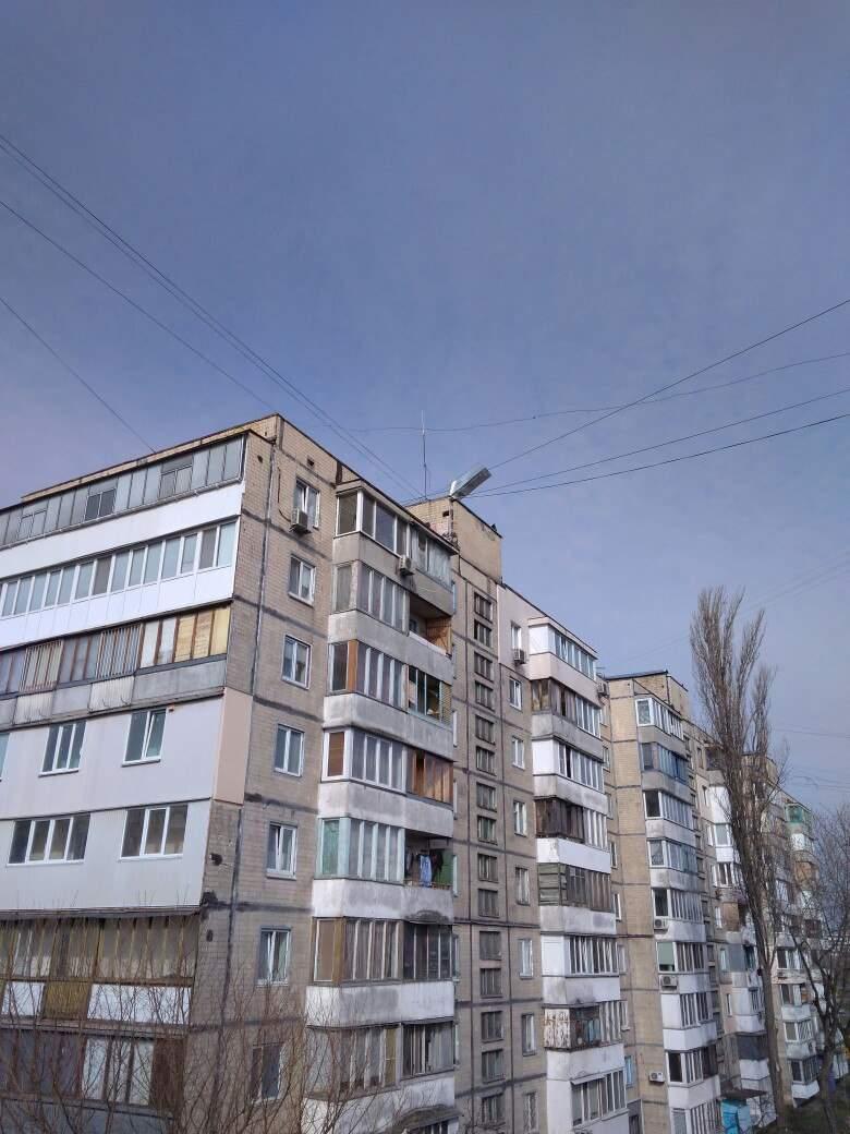 С крыши столичной многоэтажки угрожающе свисает стальной лист (Фото)