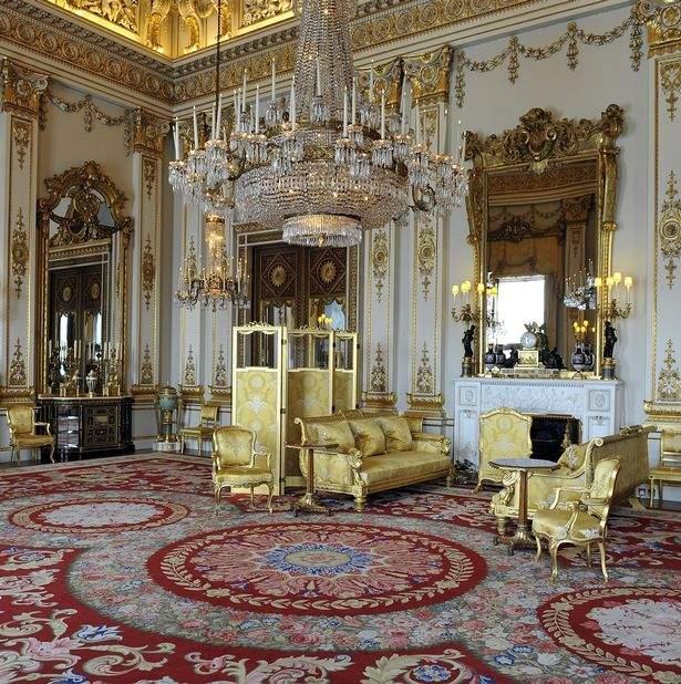 Рачительная Королева: Елизавета II ищет недорогого специалиста по взбиванию подушек