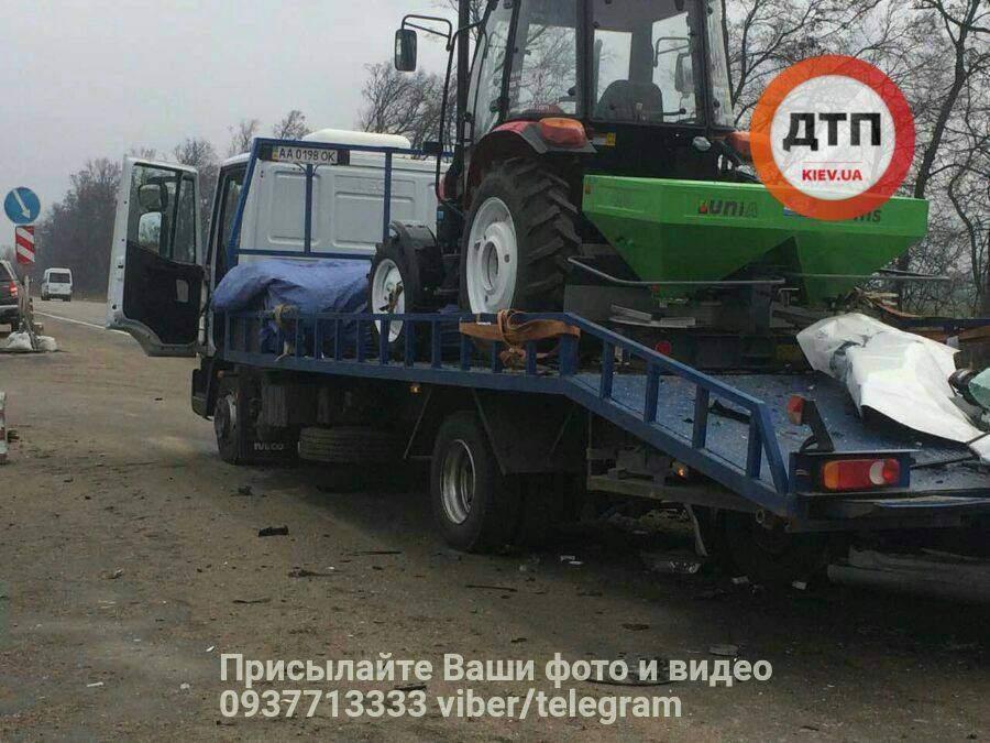 Смертельное ДТП под Киевом: водитель авто въехал в эвакуатор (фото)