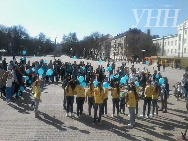 В Тернополе прошел флешмоб с участием детей с особыми потребностями (фото)