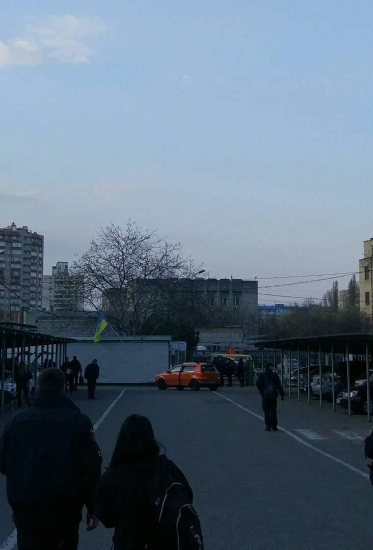 В Одессе патрульный сбил флаг Украины на территории управления (Фото)