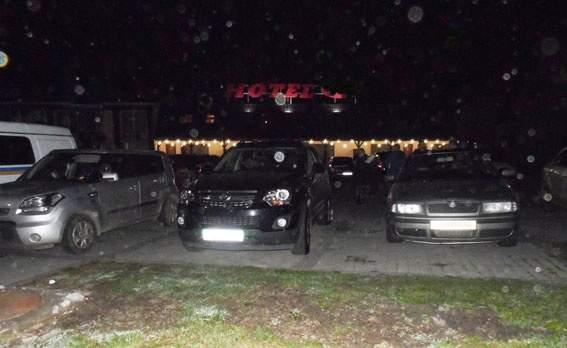 На Ровенщине «шутник» взорвал автомобили на парковке отеля (фото)