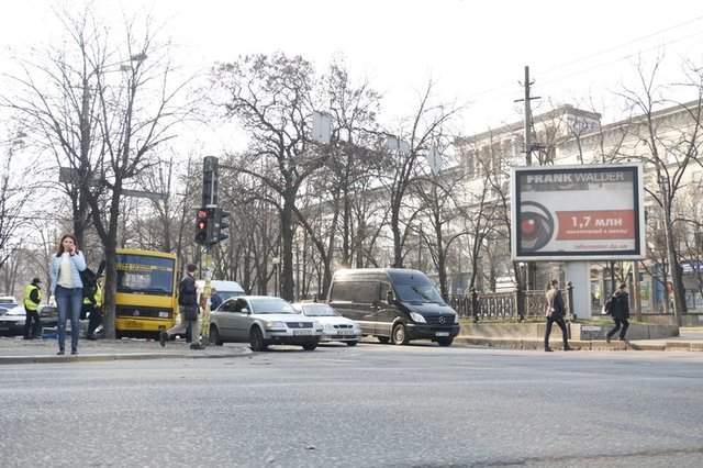 Остановка «без требования»: в Днепре маршрутка «тормозила» в дерево (фото)