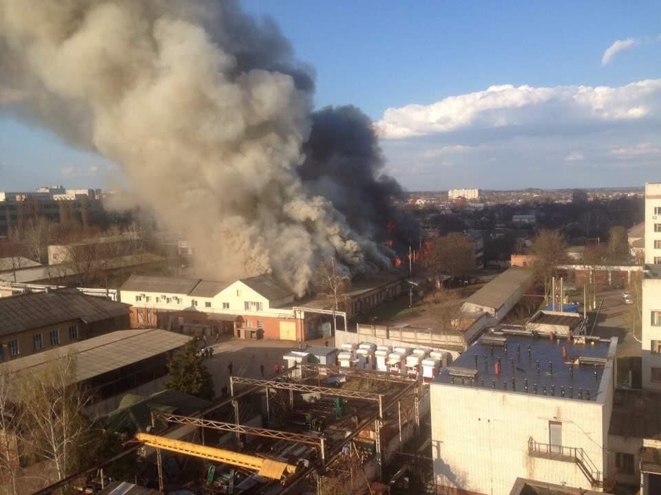 В Чернигове горит огромное здание, огонь быстро распространяется (Фото)