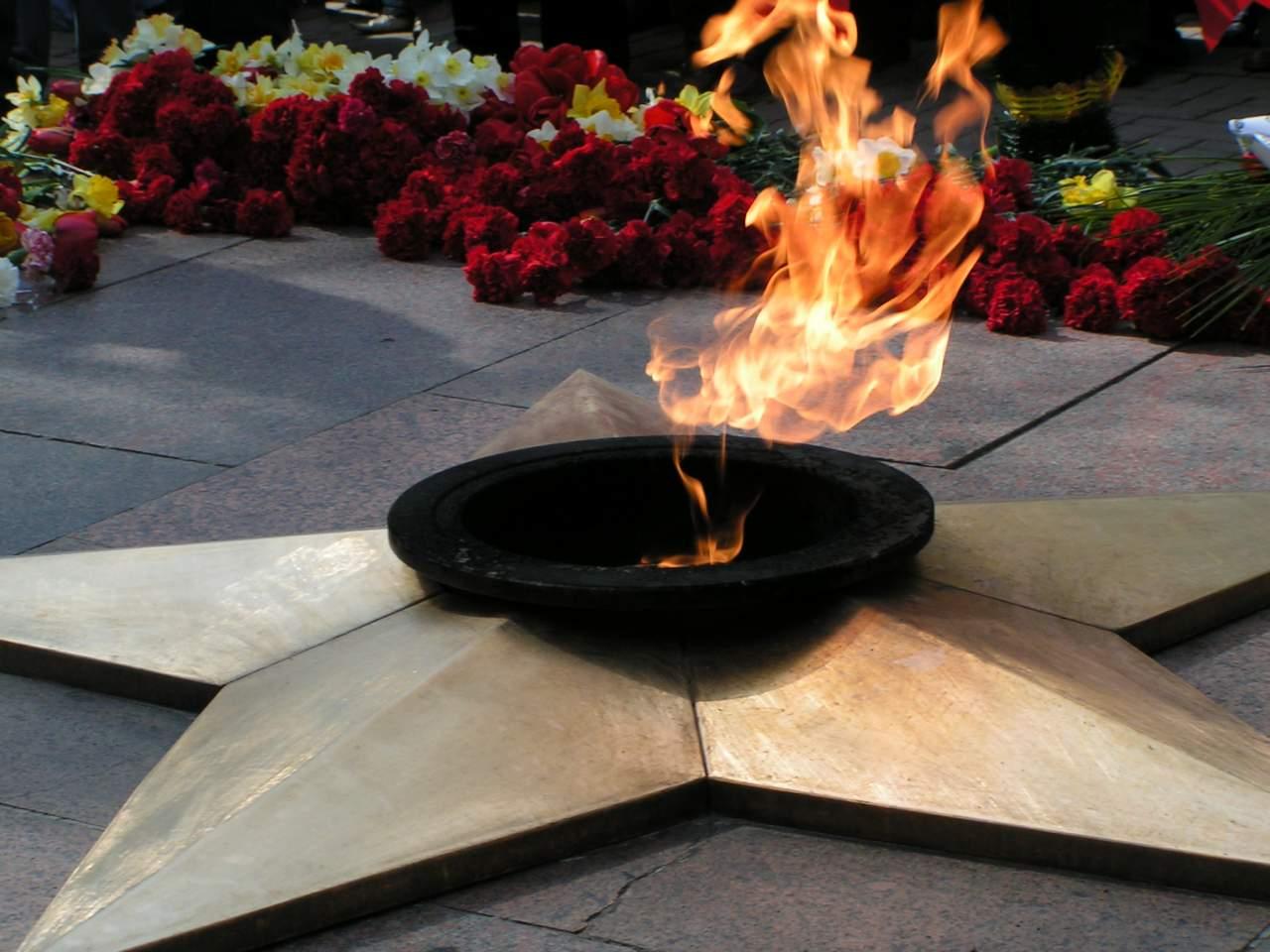 В Запорожье бездомные греются от вечного огня (Видео)