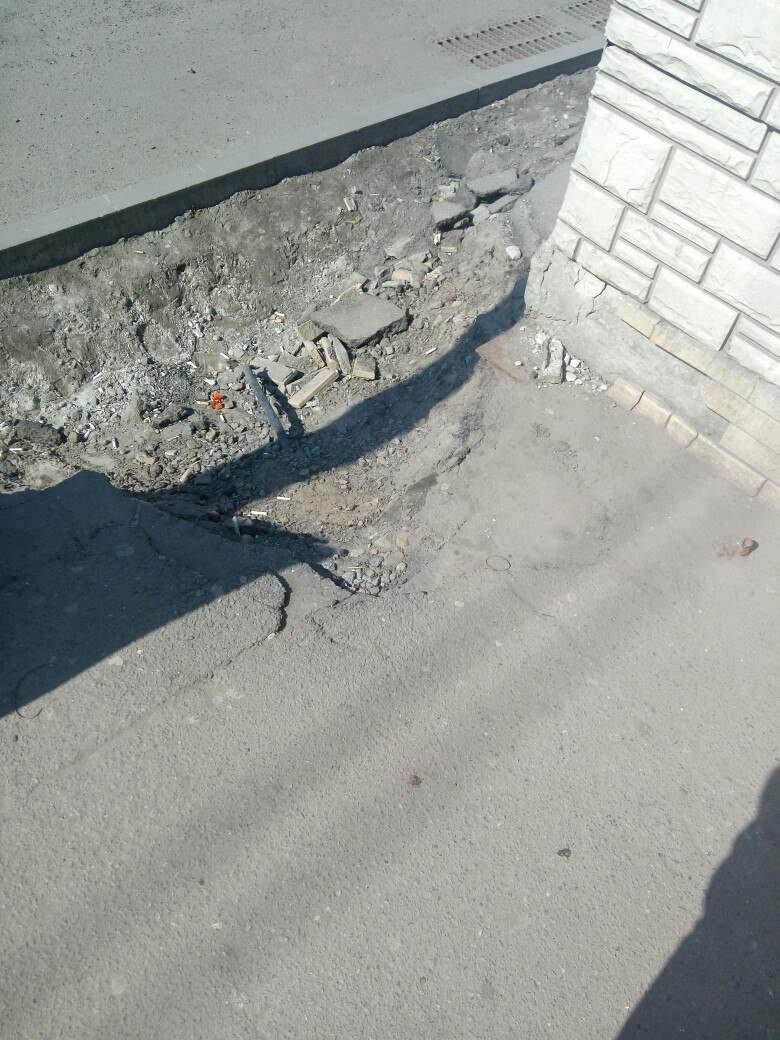 Смертельные тротуары: Харьковчане жалуются на разбитый асфальт в центре города (фото)