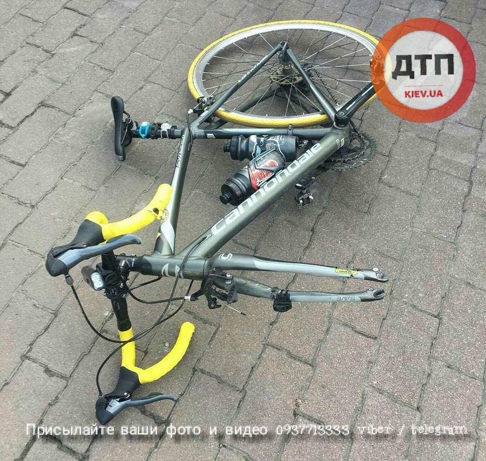 В Киеве бетоновоз столкнулся с велосипедистом (Фото)