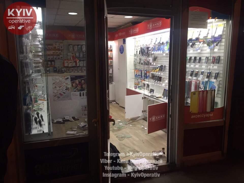 В Киеве на магазин электроники совершили разбойное нападение (фото, видео)