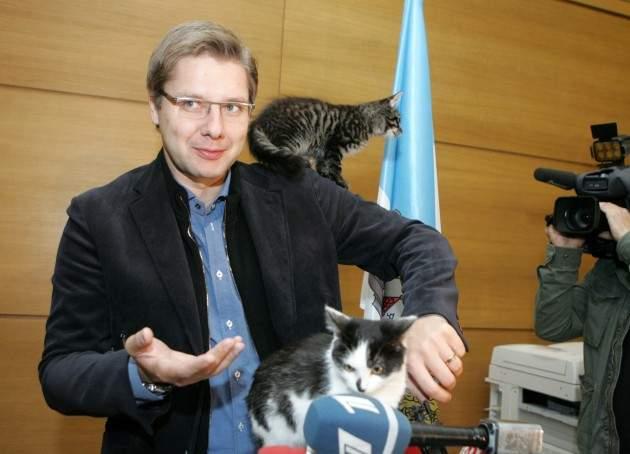 Ворвался в эфир и стал звездой: видеообращение мэра Риги прервал любопытный кот (видео)