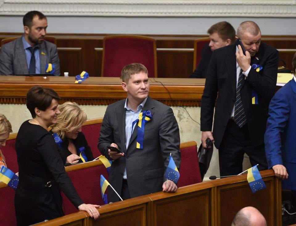 Довольные и счастливые: депутаты праздную очередную победу Украины (фото)