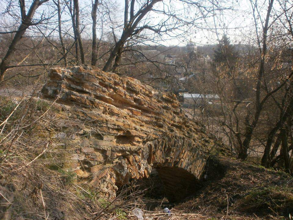 Возле монастыря в Чернигове устроили свалку (Фото)