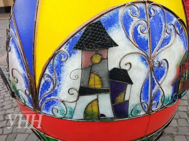 Огромные кованые писанки украсили центр Мукачево (фото)