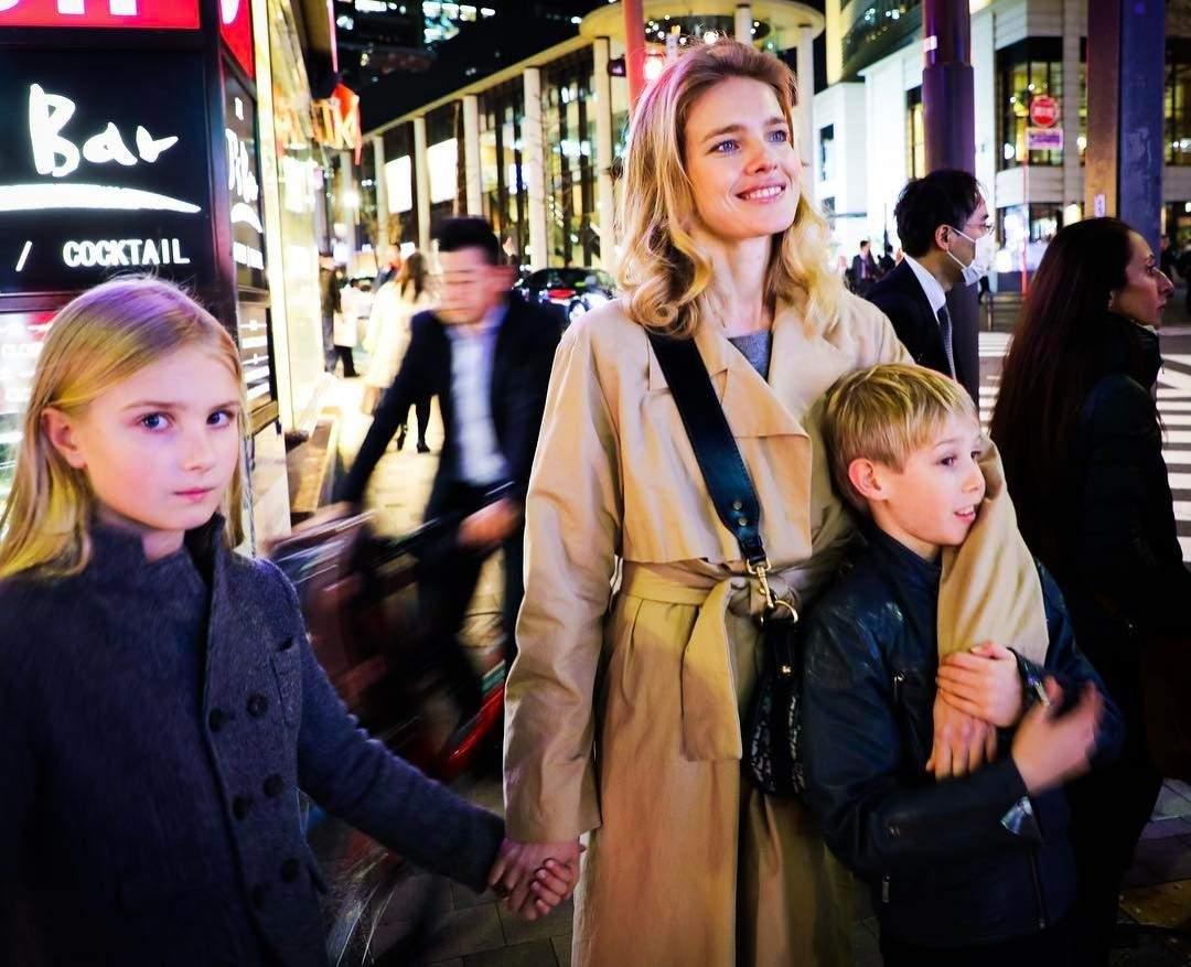 Супремодель Наталья Водянова приучает старших детей к ресторанам (фото)