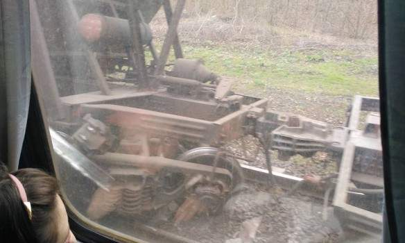 На Донетчине на ж/д переезде сошёл с рельсов грузовой поезд и опрокинулся (фото)