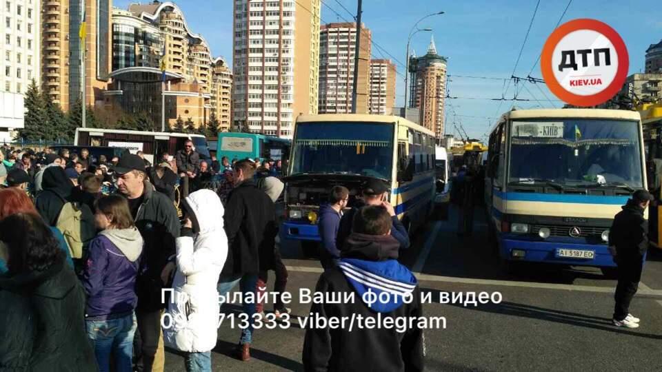 В столице водители пригородных маршруток вышли на страйк (фото)