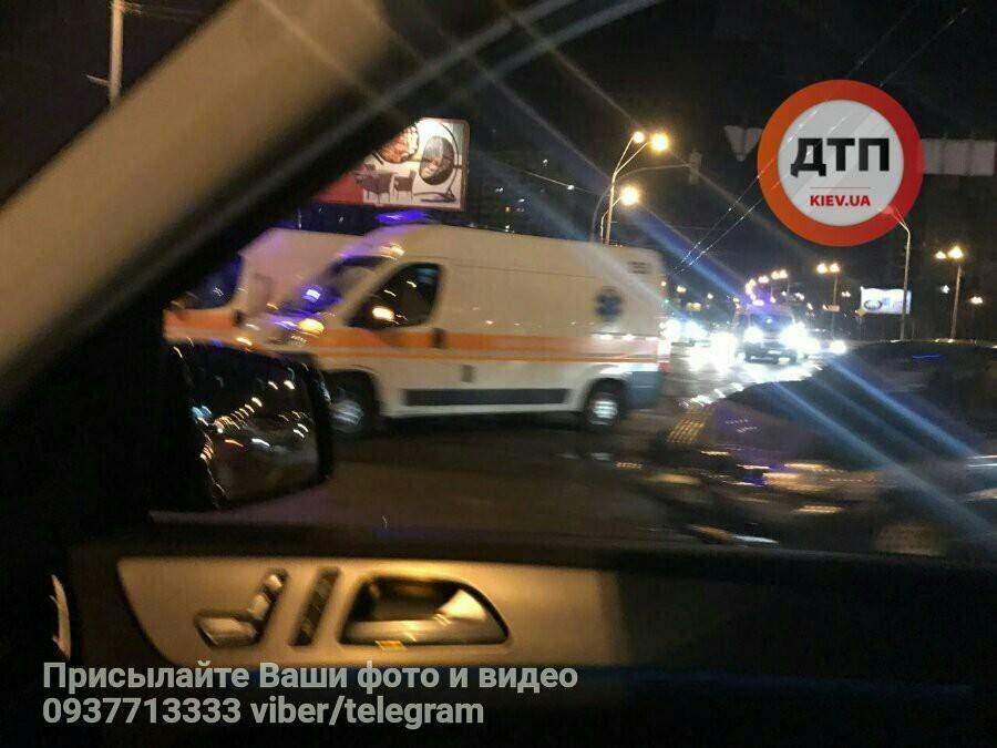 В Киеве столкнулись городской автобус с пассажирами и автомобиль