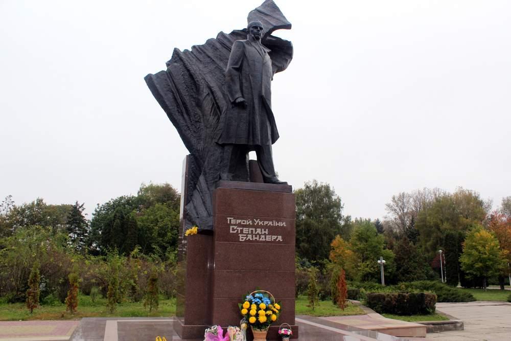 Останки двух человек и обувь 19 века: что скрывает памятник Бандере в Тернополе