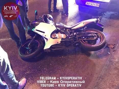 В Киеве водитель легковушки не заметил мотоциклиста (Видео, фото)