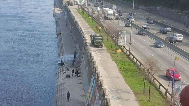 Киевляне возмущаются, что коммунальщики смывают граффити со стен