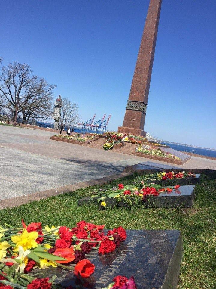 В Одессе к памятнику