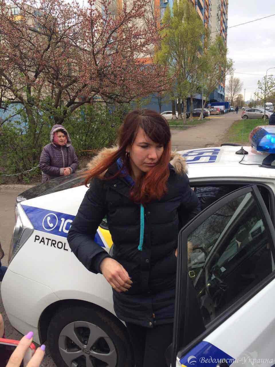 Владельцы киосков в Киеве облили зеленкой представительницу из Киевблагоустройство (видео)