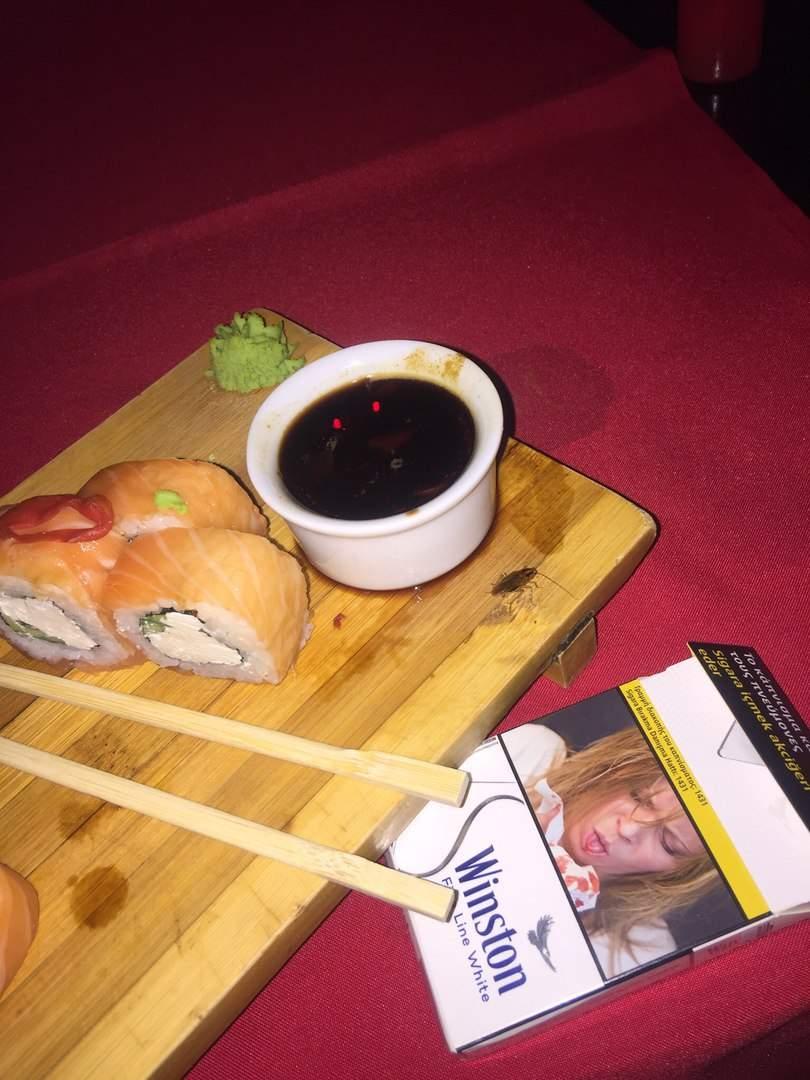 Неожиданно: в Одессе в кафе посетительнице подали суши с тараканом (фото)
