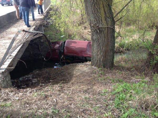В Ровно с моста слетел автомобиль (Фото)