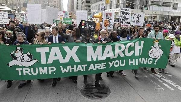 Тысячи протестующих вышли  на улицы Нью-Йорка, требуя от президента США публикации его налоговой отчетности (Видео)