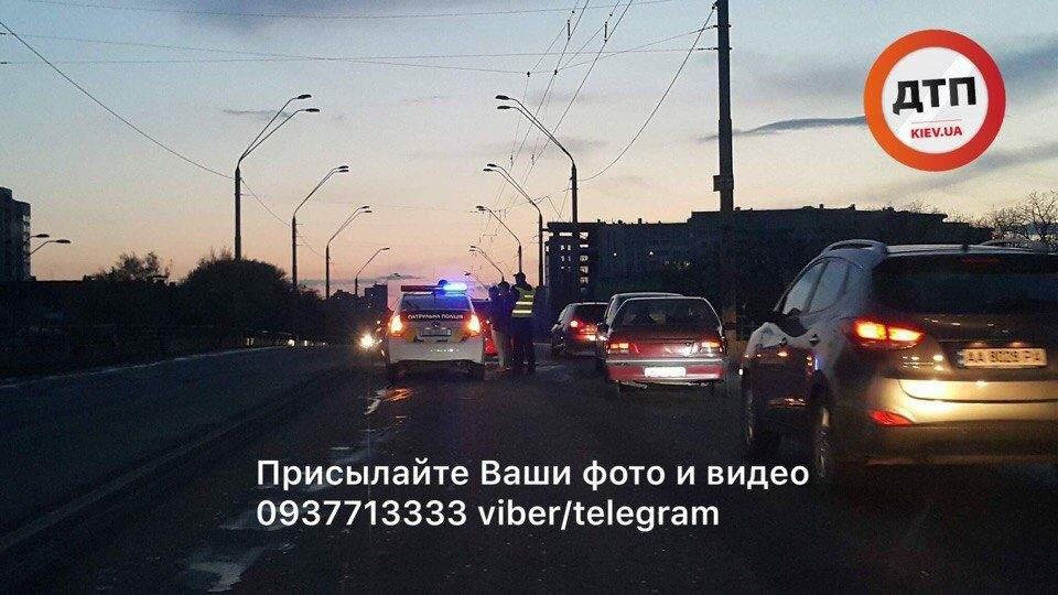 В Киеве на мосту разбился автомобиль (Фото)