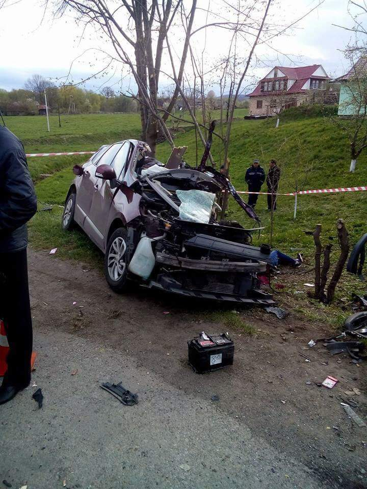 Во Львовской области произошло столкновение рейсового автобуса и легкового авто: есть погибшие (фото)