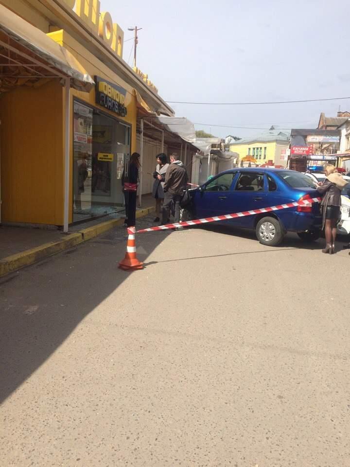 Вслед за горячими скидками: во Львове водитель въехал в витрину комиссионного магазина (фото)