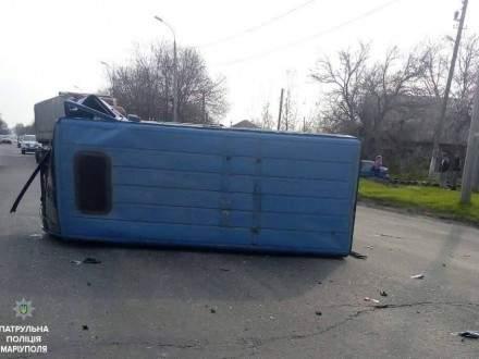 На Донетчине легковой автомобиль протаранил микроавтобус и скрылся с места инцидента (фото)