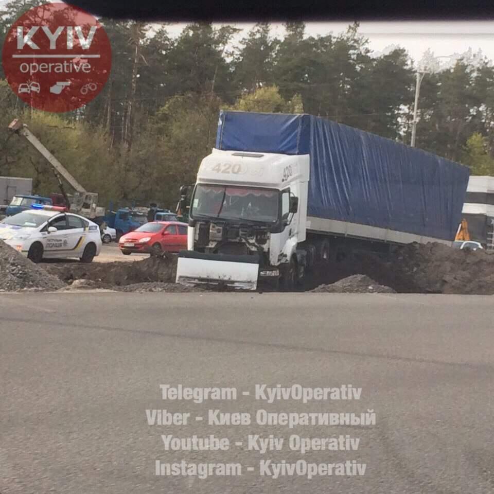 На Киевщине водитель грузовой фуры заснул за рулём и вылетел в кювет (фото)