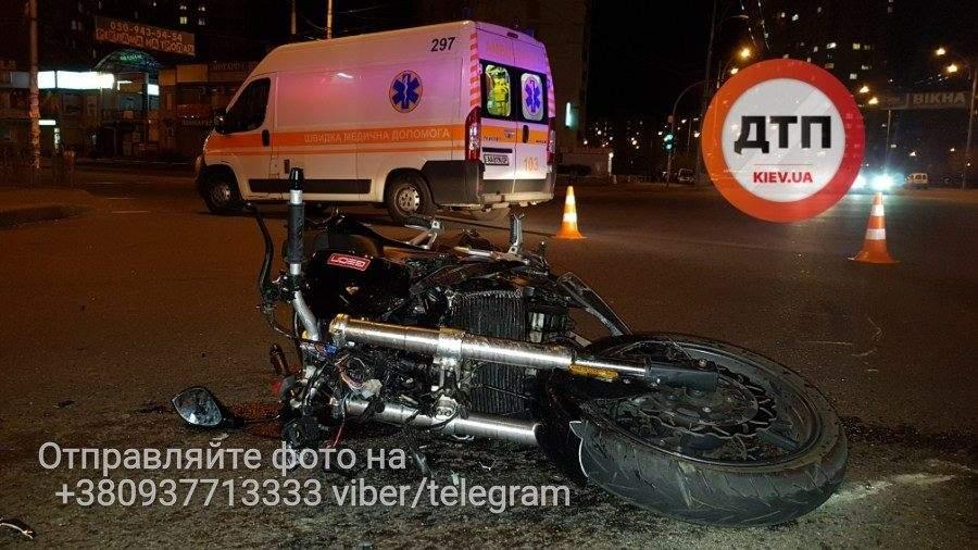 В Киеве произошло столкновение легкового автомобиля