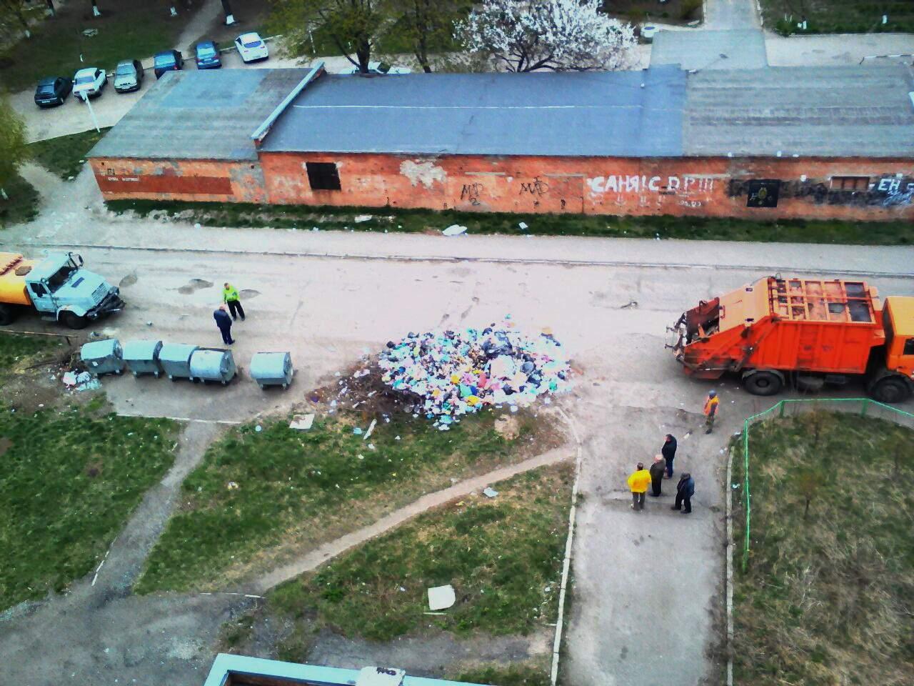 В Полтаве неизвестные выгрузили целую машину мусора под окнами многоэтажки