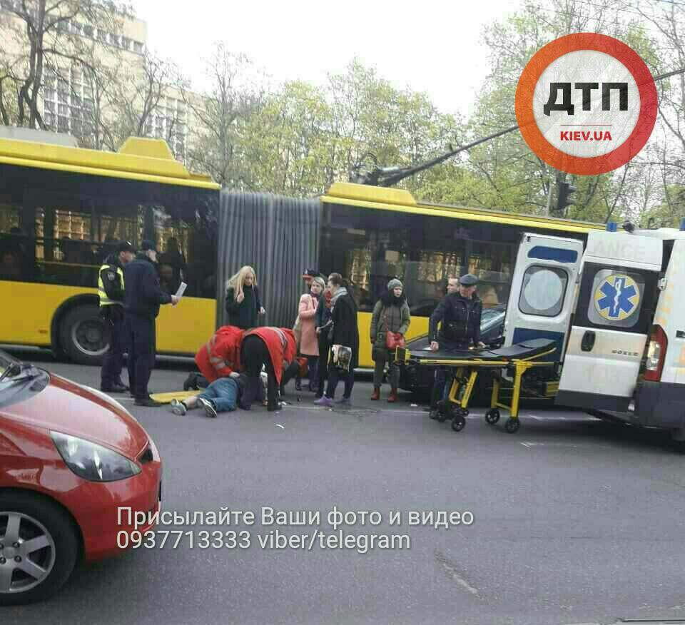 В Киеве автомобиль совершил наезд на пешехода (фото)