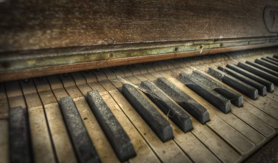 Уличный музыкант покорил жителей Киева своей игрой на пианино (Видео)