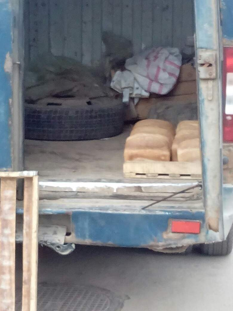 Дешево и сердито: в Виннице поставщики продукции перевозят хлеб без упаковки (фото)