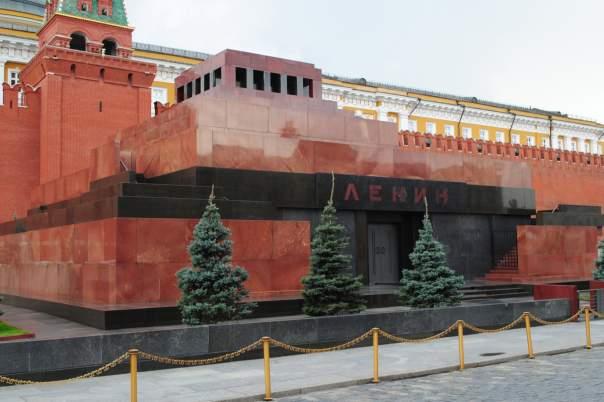 Большинство россиян считают необходимым предать тело Ленина земле