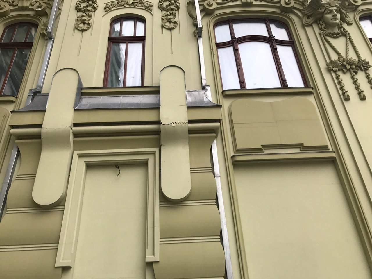 Одесситы опасаются прогуливаться по городу из-за декоративной лепнины (Фото)