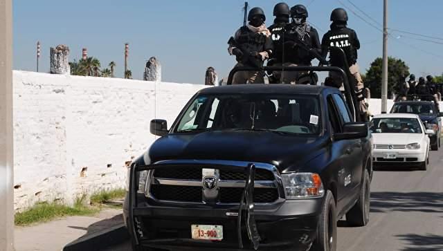 В столице Мексики автомобиль на скорости въехал в уличный рынок: есть пострадавшие