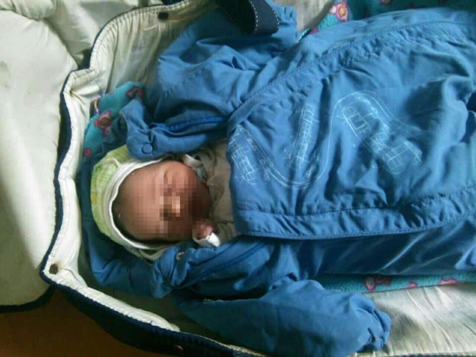 В Киеве мать-кукушка оставила новорожденного ребёнка в вагоне электропоезда (фото)