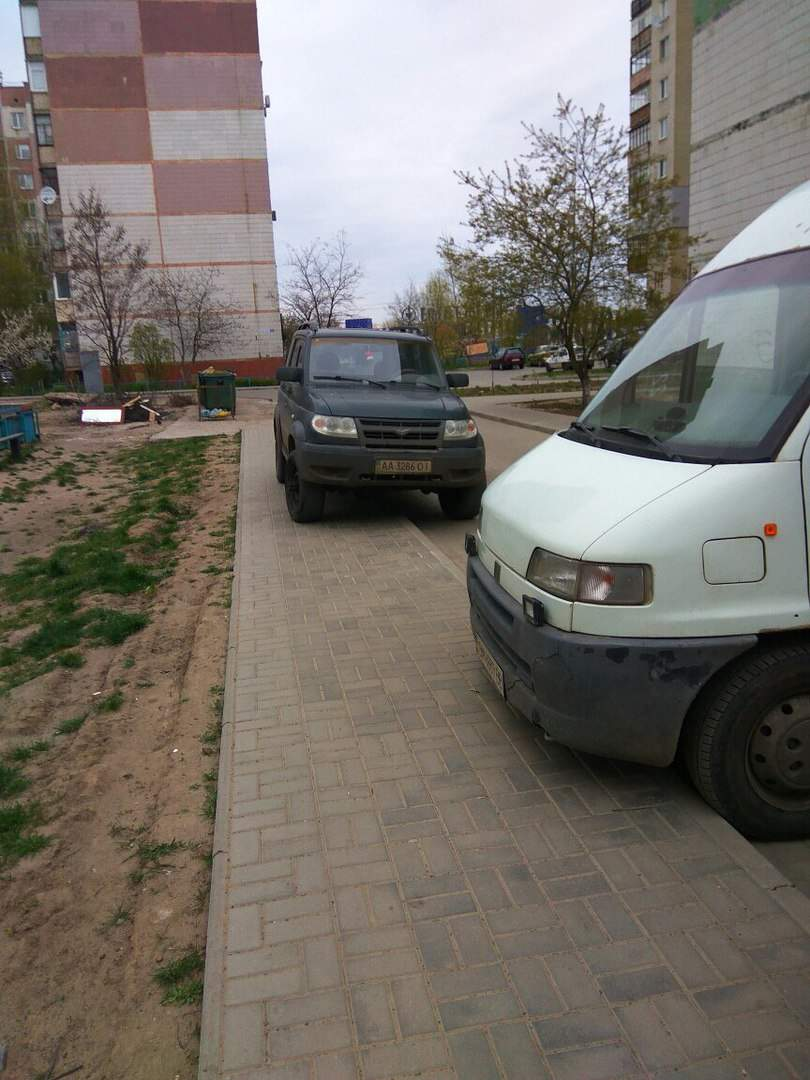 В Сумах мужчина припарковал свой джип прямо на тротуаре