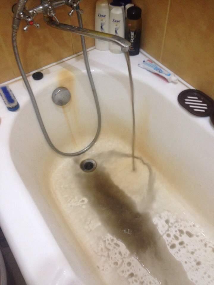 В Запорожье у людей с кранов бежит черная вода
