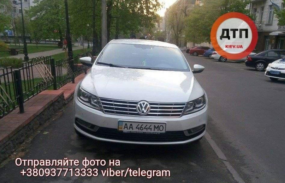 В Киеве автомобиль, который преграждал путь людям забрал эвакуатор (Фото)