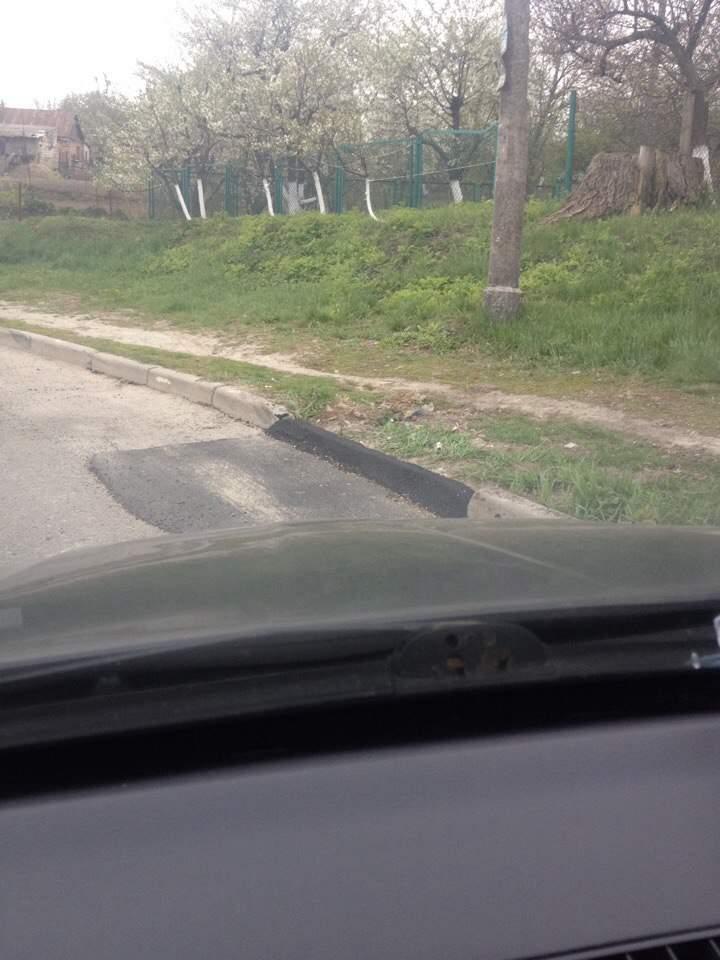 В Ровно вместе с дорогой заасфальтировали бордюр